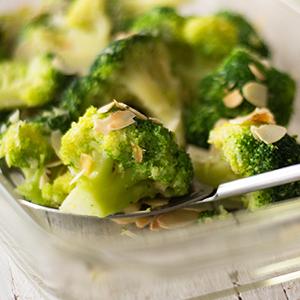 Brokoli s česnom in mandlji